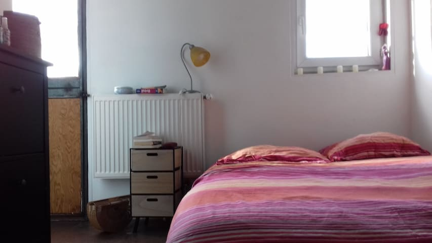 Nice double room, in an old house 4mn of the metro