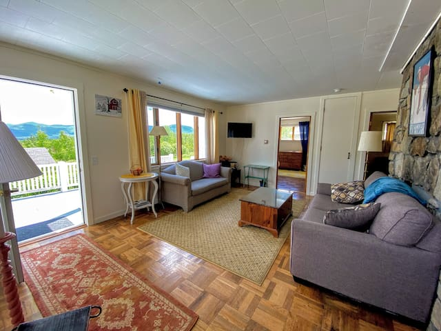 3LSH: Lovely cabin in picturesque Sugar Hill with breathtaking views, minutes from skiing, hiking, and all White Mountain attractions! PROFESSIONALLY CLEANED!
