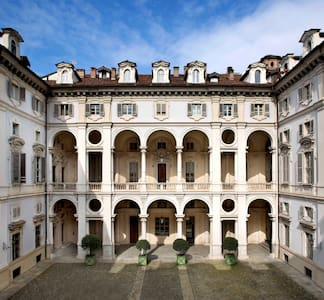 Extraordinary baroque Palace in the city center!