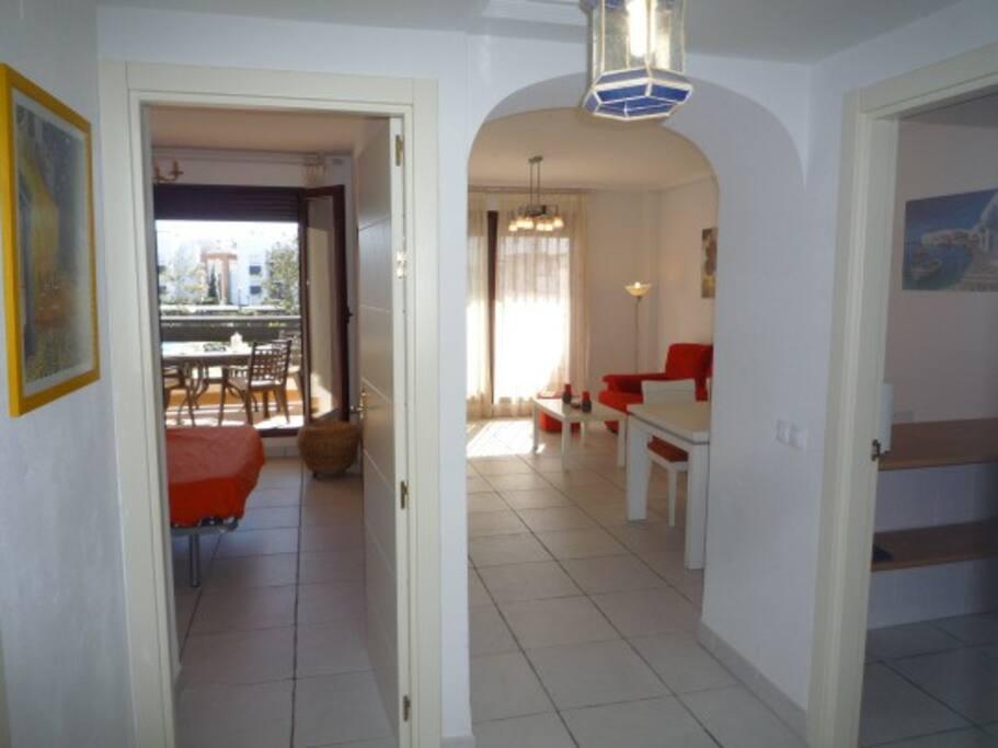 La habitación principal y el salón con salida directa a una terraza de 20m2 con vistas a la piscina.