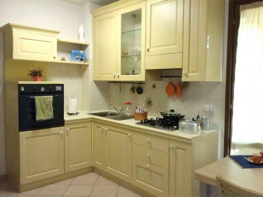 Cucina completa di forno e lavastoviglie.