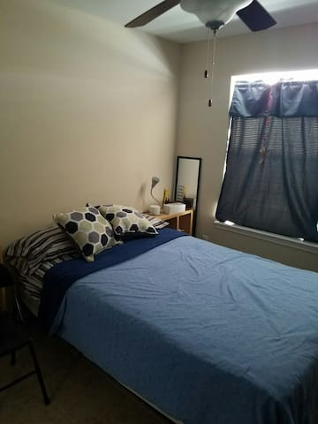 Cozy bedroom with parking - McAllen