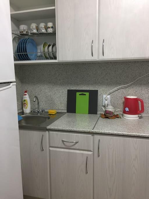 В наличии есть вся необходимая посуда и холодильник.