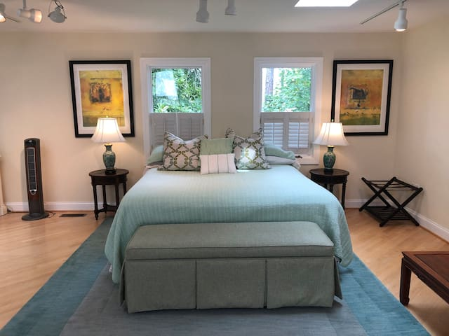 Carriage house near the University of Richmond!!