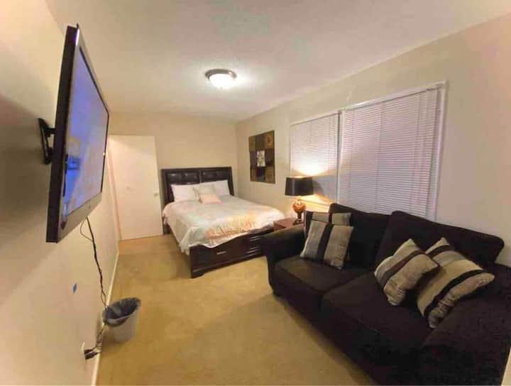 Cozy prvt room near RTP w/TV & WiFi. Shared bath