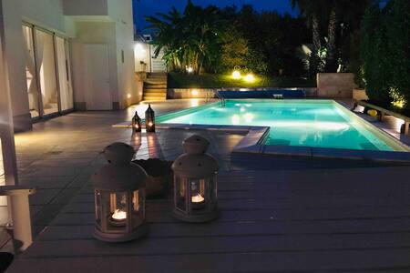 Moderna Villa con piscina al mare, casa privata.