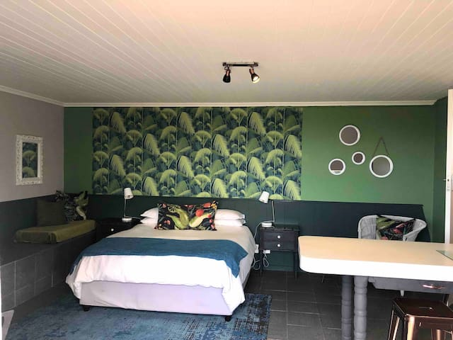 Palms. Selfcatering unit with private entrance