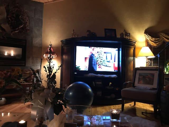 Big screen TV, Fireplace & ambiance Cozy mountain chic!