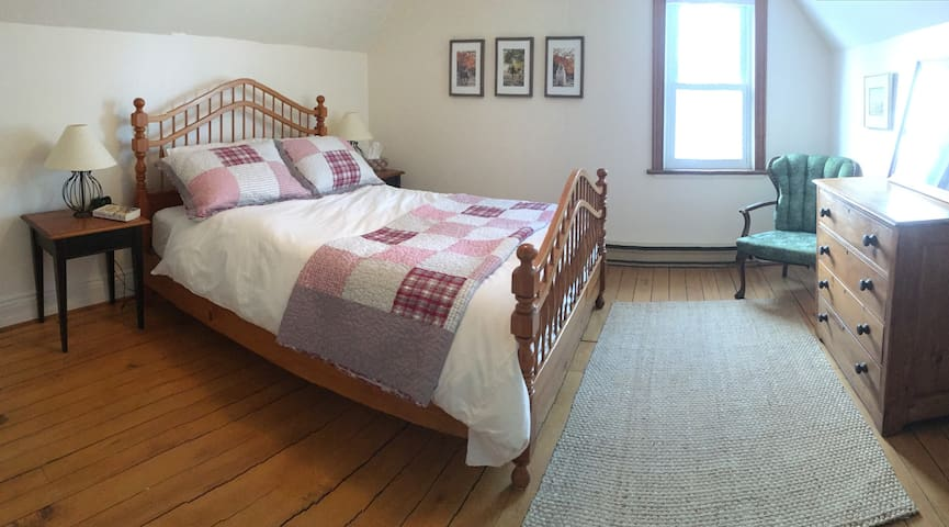 Large master bedroom with Queen size bed.