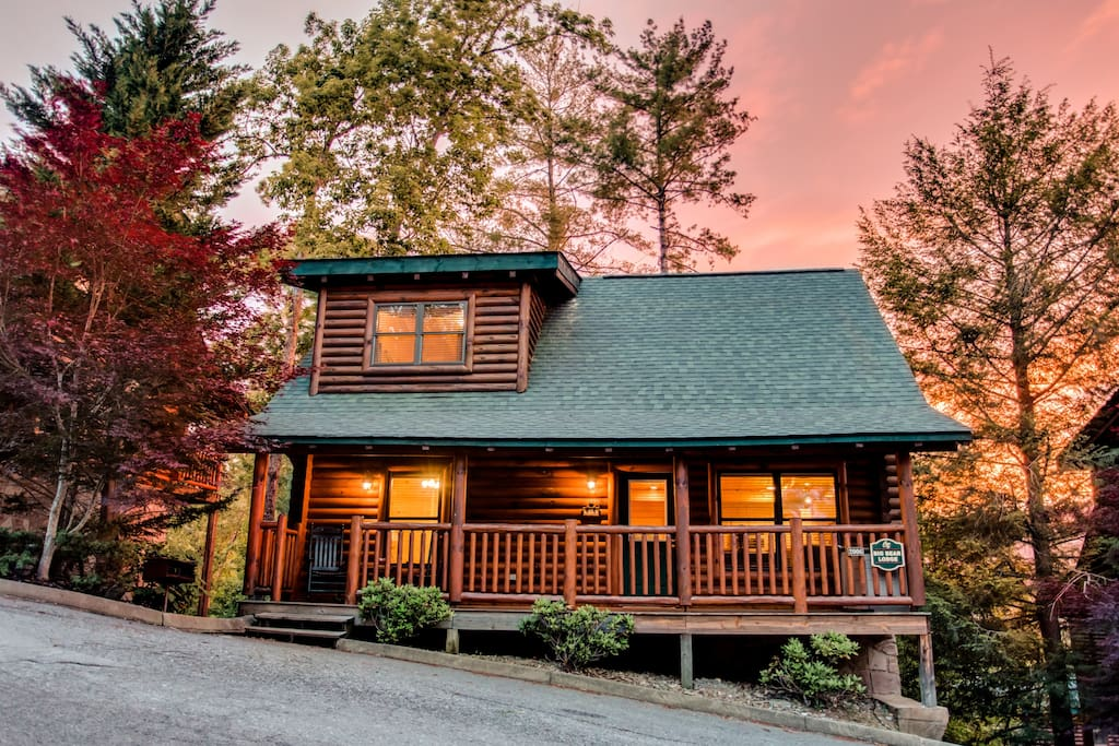Big bear lodge cabins for rent in sevierville tennessee for Large cabin rentals in tennessee