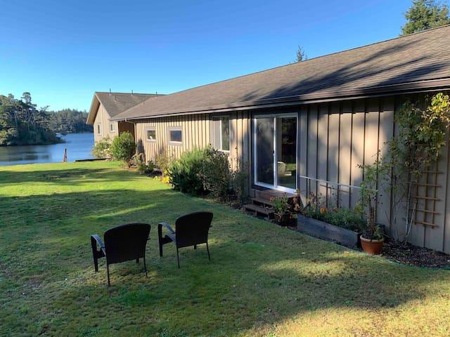 Floras Lake Getaway - Redwood Guesthouse