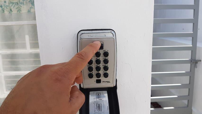 Entrada autonoma: tu tomas tu llave de la caja de seguridad