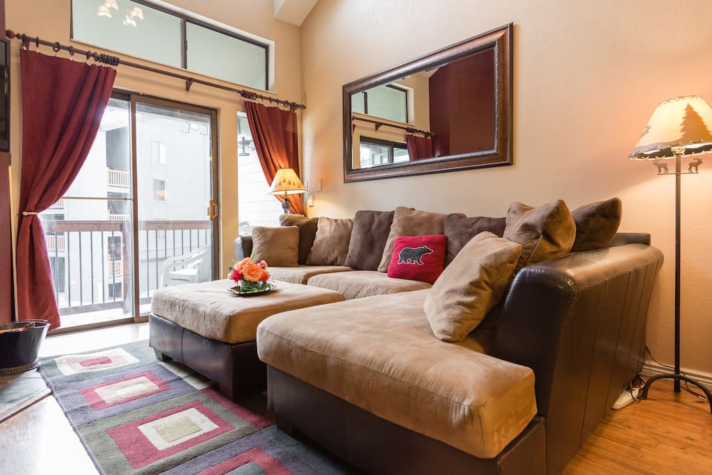 wonderful condo directly across from the base of park city mountain.  walk to ski lifts and town!