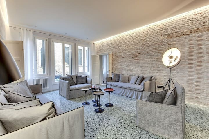 STUNNING MODERN APARTMENT IN THE HEART OF VENICE