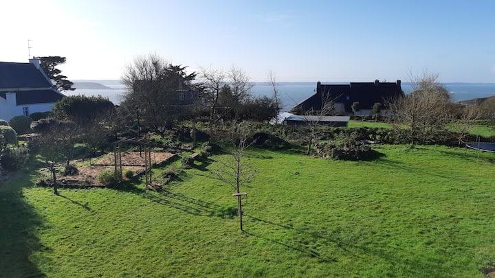 Vue sur la baie de Lannion et sur le jardin.