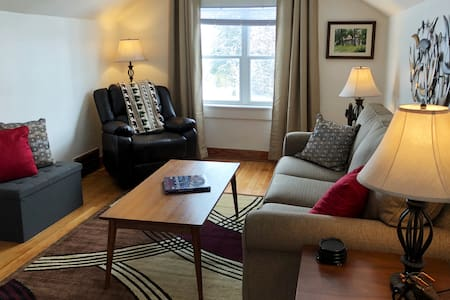 AIRPORT Bungalow Escape,mins from Downtown/Bayview