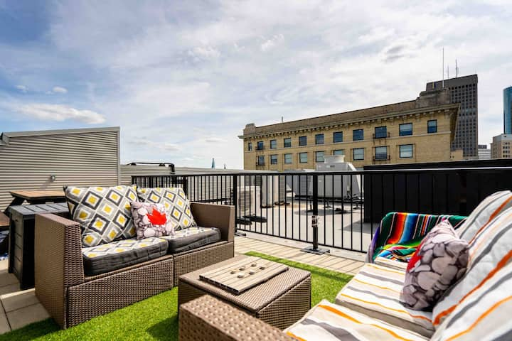 •Bright Penthouse Loft + Walk Out Rooftop Patio•