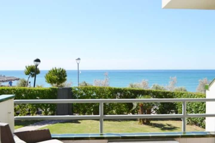 Oceanfront 2 double bed apartment, Pool & Seaview.