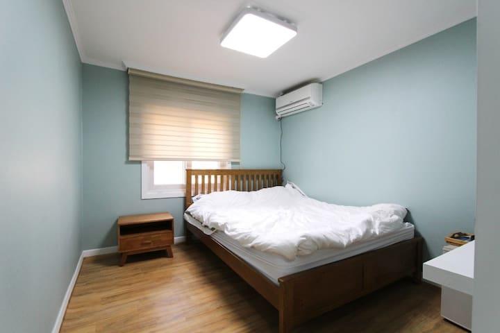 Queen bed room(브랜드가구의 퀸베드 1개, 트럼프호텔베딩, 무료케이블 tv, 냉장고, wifi, 커피포트,헤어드라이어, 전용욕실,고급샴푸 등 어메니티)