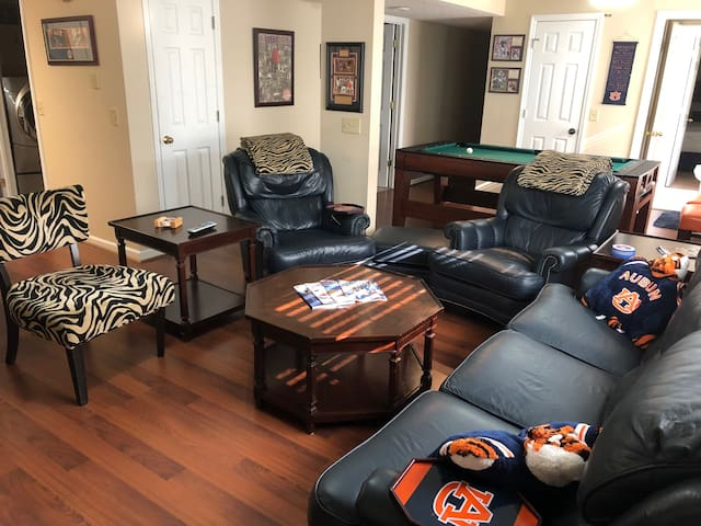 AUBURN THEMED GAMEDAY CONDO minutes to Campus!