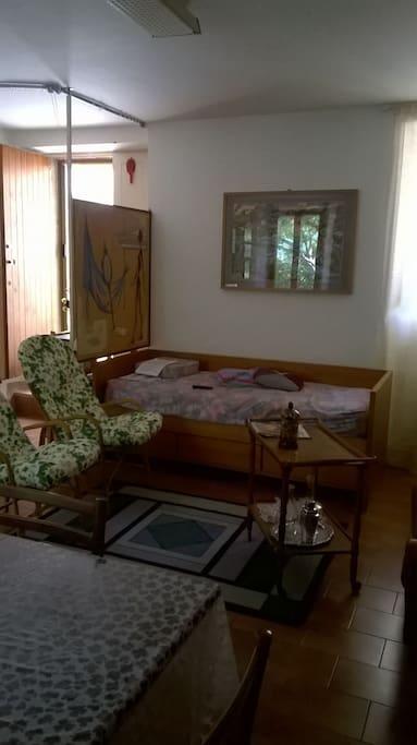 SALONE_poltrone in vimini e divano letto