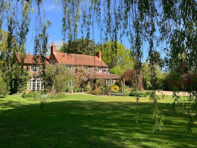 Idyllic garden hideaway. Easy stroll to gastropub.