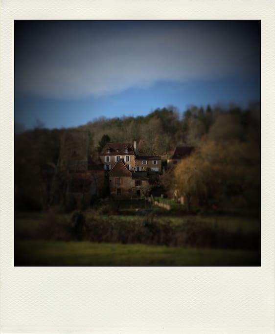 vue de la maison depuis l'entrée du village