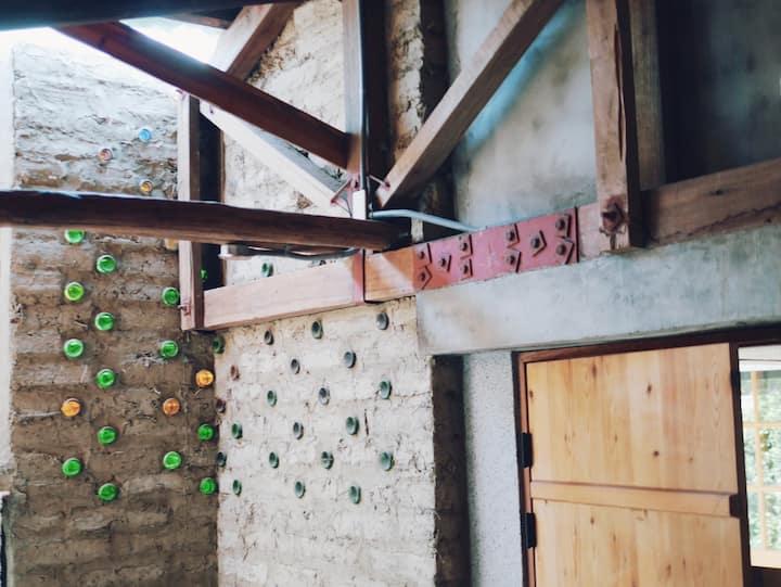 2B_美術館裡的自然建築。土磚和竹編雙手完成的美好家屋。