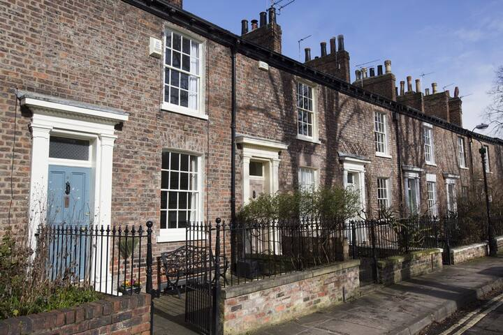 Grade II Property view of City wall, free parking.