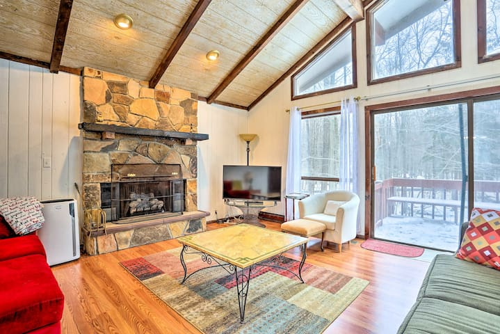 NEW! Poconos Cabin w/ Pool Access 25 Min to Skiing