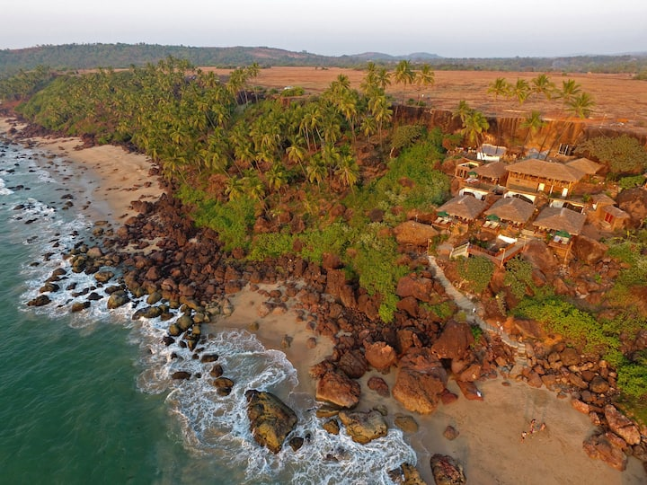 Luxury - Sea cliff side cottage in South Goa