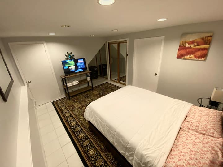 Private Bedroom - Full Kitchen and Bathroom