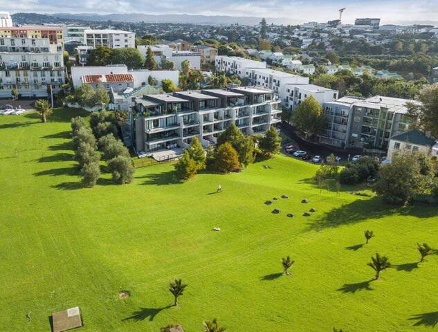 City fringe parkside retreat