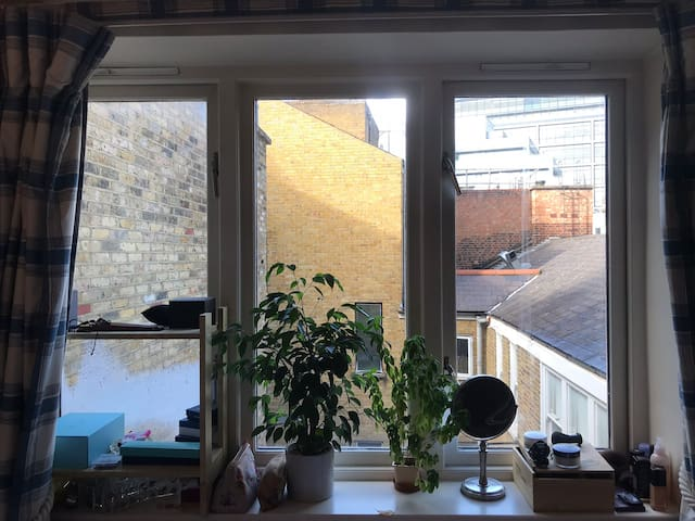 Private room (queen's mattress) in central London