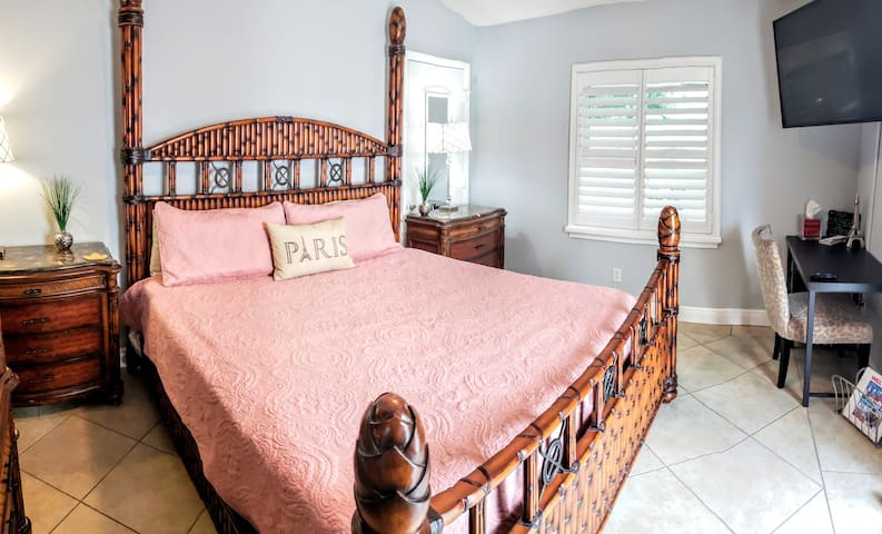 #4 - Elegancia in-laws suit king size Bed
