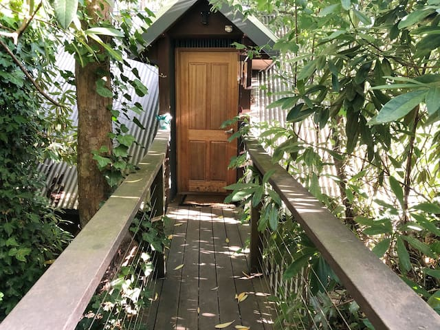 Lovely Leafy Loft - self contained and private