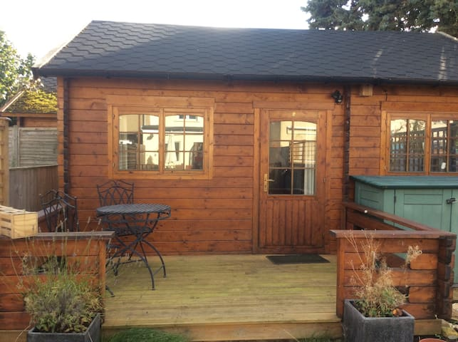Private cabin with ensuite and cosy double bed - Oxford - Houten huisje