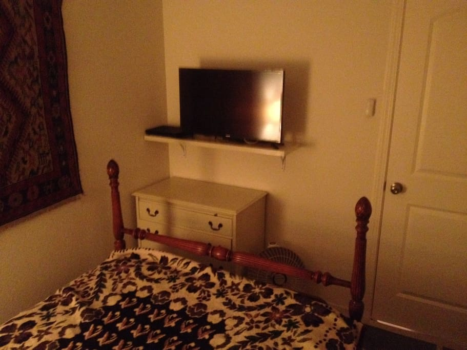 """32"""" TV with WiFi hook-up & Blu-ray/DVD player"""