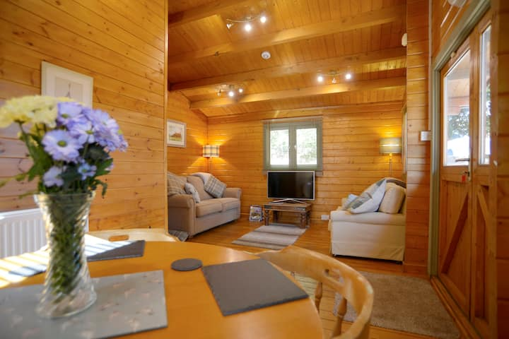 Luxurious log cabin & private all year hot tub!