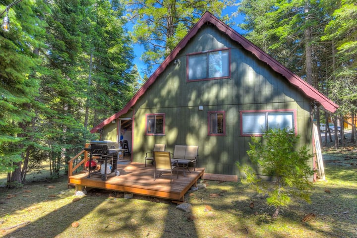 Cozy Tahoma Cabin- 1 mile from Lake Tahoe & close to Homewood Ski Resort