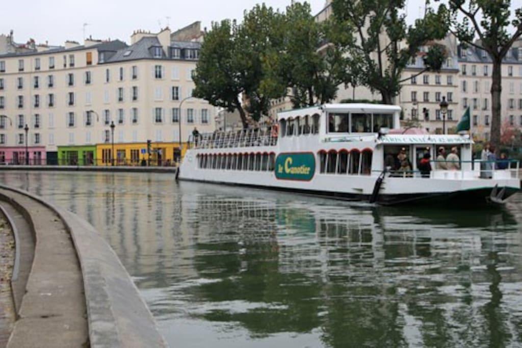 Canal St Martin (5 mn à pied) Promenade en bateau la journée et tour des bars la nuit.