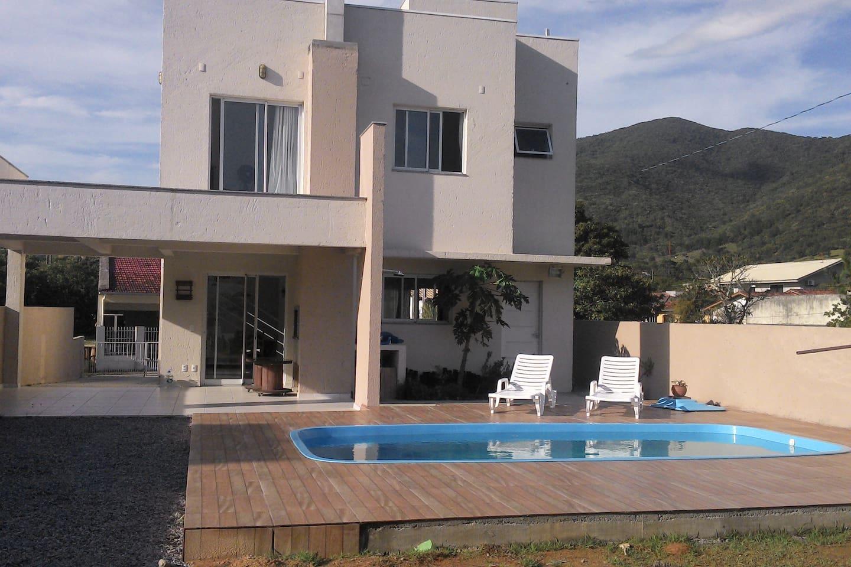 Fundos da casa com a piscina