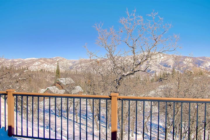 Winter Deals! Dog Friendly, Cabin-Style One of a Kind Retreat w/Deck, Amazing Views, 7 m to Town/Ski