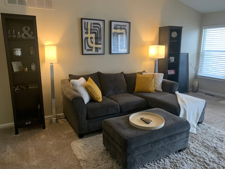 Comfy & spacious home near DTW Airport