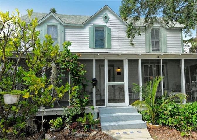 SiestaVR / REZRentals - 1259 2nd Street Downtown Sarasota - 3 Bed / 2 Bath Historical Register- Victorian Accents! Great Location