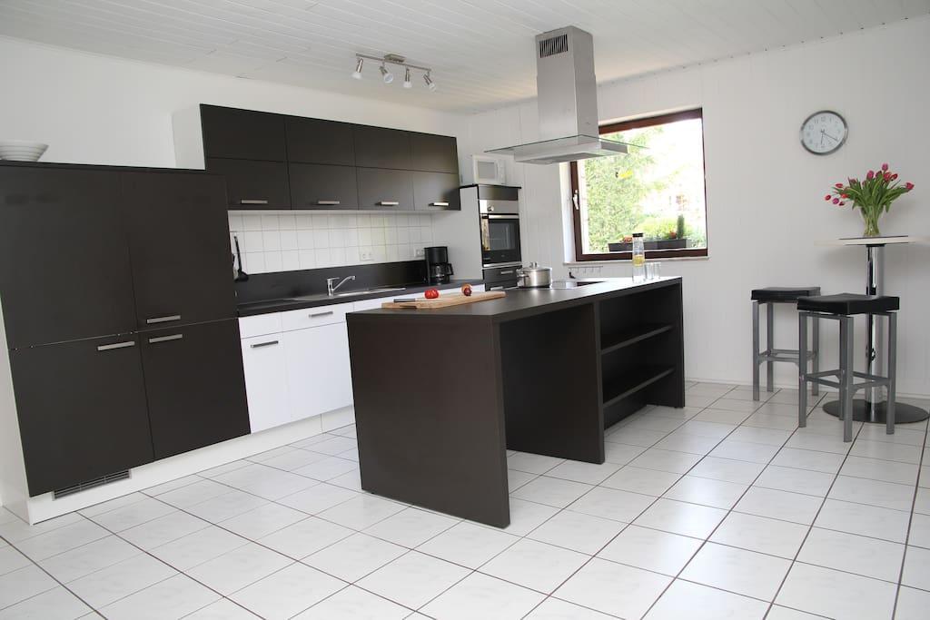 Küche mit Kochinsel, voll ausgestattet.