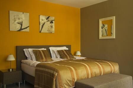 Prachtige comfortabele studio in een rustig kader - Genk - Bed & Breakfast