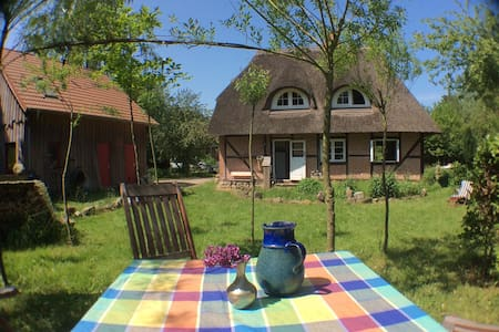 thatched cottage on 7 acres of land - Schönwalde am Bungsberg - Casa