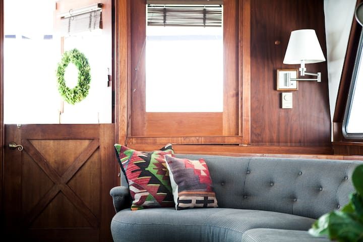 Welcome aboard a classic 58' yacht!
