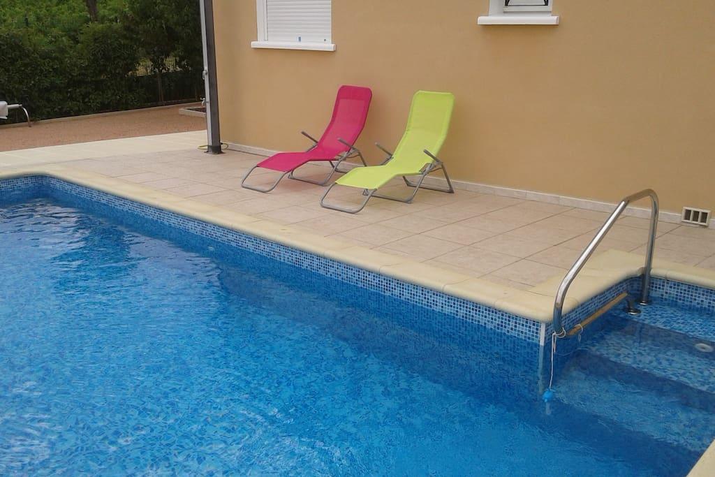 Espace relaxation et détente au bord de la piscine d'eau salée.